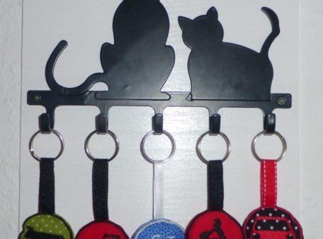 Anhänger Verkehrszeichen am Schlüsselbrett Katze Detail