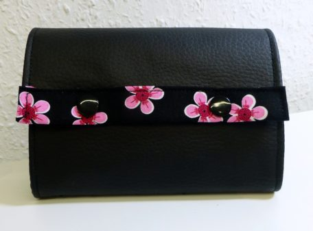 Börse Blumen Schwarz front